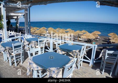 Taverne am Kamari Beach, Badestrand bei Kamari, Santorin, Kykladen, Aegaeis, Griechenland, Mittelmeer, Europa | - Stock Photo
