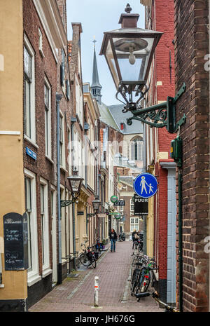 Netherlands, South Holland, Leiden, Choorsteg, a narrow alley in the old quarters leads to Pieterskerk - Stock Photo