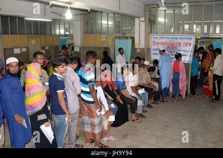 Dhaka, Bangladesh. 13th July, 2017. Patients with Chikungunya fever symptom queue up at a help desk at Dhaka Medical - Stock Photo