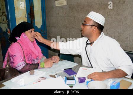 Dhaka, Bangladesh. 13th July, 2017. A doctor examines a patient with Chikungunya fever symptom at Dhaka Medical - Stock Photo