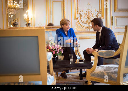 HANDOUT - Handout picture made available on 13 July 2017 showing German Chancellor Angela Merkel and French President - Stock Photo