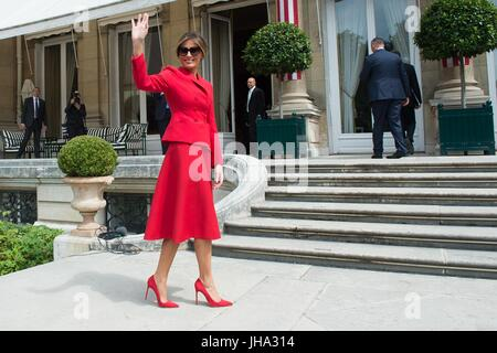 Paris, France. 13th July, 2017. U.S. First Lady Melania Trump waves as she departs an event honoring veterans at - Stock Photo