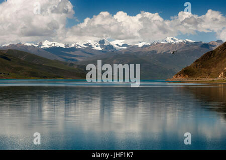 Tibet's Sacred Yamdrok Tso Lake (Yamzho Yumco in Tibetan), Shannan Prefecture, Tibet, China. - Stock Photo