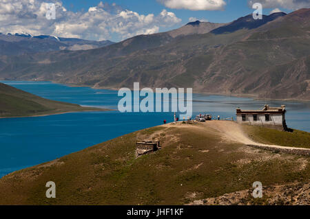 Yamdrok Lake seen from the Kamba La pass. Tibet's Sacred Yamdrok Tso Lake (Yamzho Yumco in Tibetan), Shannan Prefecture, - Stock Photo