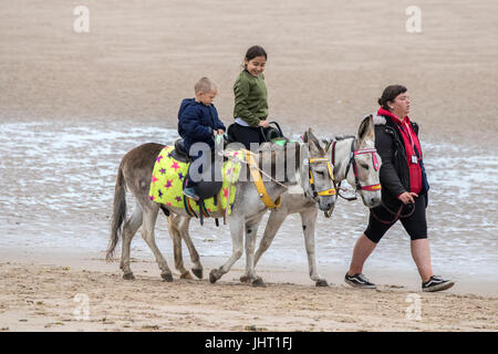 Blackpool, Lancashire, 15th July 2017. UK Weather.  Bad summer weather doesn't deter these holidaymakers from having - Stock Photo
