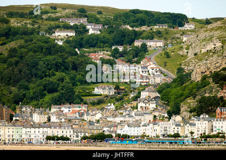 The coastal town of Llandudno and its promenade on a summers day with the winding Ty-Gwyn Road passing over the - Stock Photo