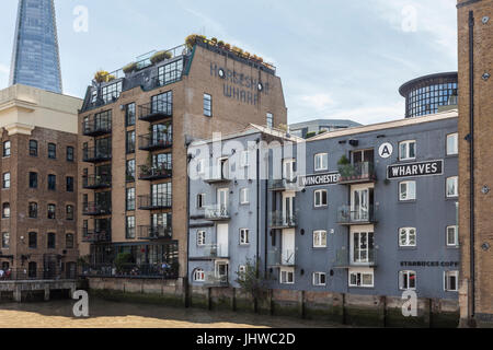 River Thames bankside of Horseshoe Wharf and Winchester Wharves, formerly warehouses and now riverside apartment - Stock Photo