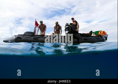 U.S. sailors conduct scuba diving operations during diver qualification training at the Naval Station Guantanamo - Stock Photo