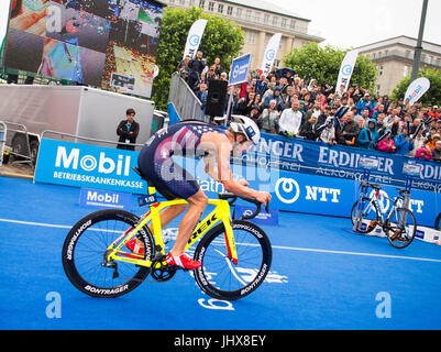 Hamburg, Germany. 16th July, 2017. Ben Kanute of the USA cycling during the Mixed Team event at the ITU World Triathlon - Stock Photo