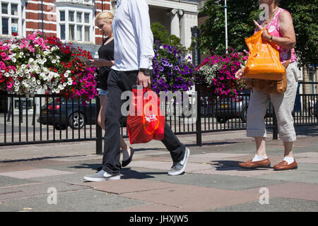 Southport, Merseyside, UK. 17th Jul, 2017. Busy Town Centre, with tourists and shoppers enjoying the sunshine and - Stock Photo