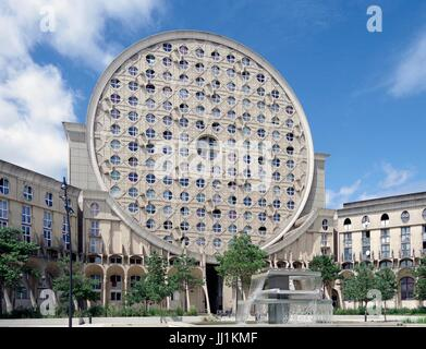 Les Arenes de Picasso, Housing development, aka Les Camemberts, West wing, viewed from within octagonal courtyard - Stock Photo
