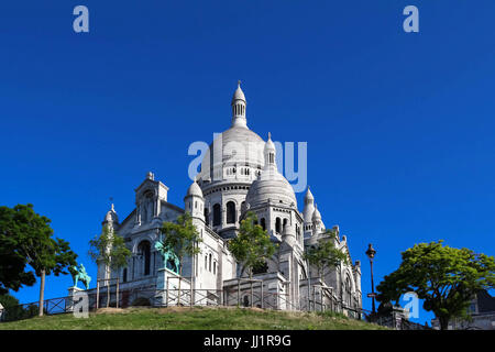 The basilica of Sacre-Coeur in Montmartre, Paris. - Stock Photo