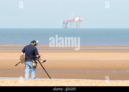 Southport, Merseyside, 18th July 2017. UK Weather. Holidaymakers head to the seaside to enjoy the lovely summer - Stock Photo