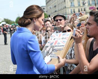 Die britische Herzogin Kate besucht am 19.07.2017 das Brandenburger Tor in Berlin und spricht mit Fans auf dem Pariser - Stock Photo