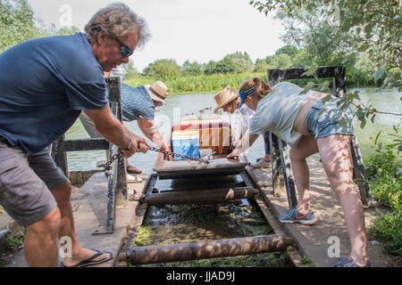 Oxford, UK. 18th Jul, 2017. Punting on the river Cherwell in Oxford 18 July 2017 Credit: Guy Bell/Alamy Live News - Stock Photo
