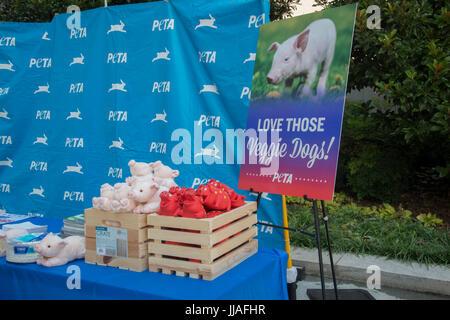 Washington, USA. 19th July, 2017. PETA holds its' annual veggie Hot Dog lunch on Capitol Hill in Washington DC. - Stock Photo