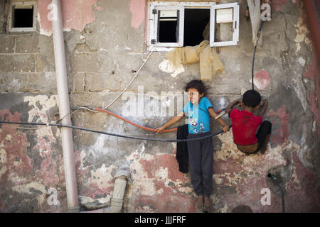 Gaza City, The Gaza Strip, Palestine. 20th July, 2017. Palestinian children play outside their house at Shati refugee - Stock Photo