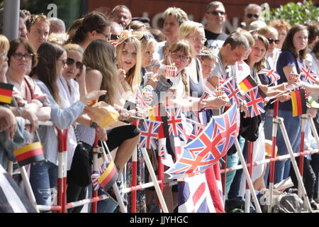 Hamburg, Germany. 21st July, 2017. Fans of Prince William and Duchess Kate await for the arrival of the royal couple - Stock Photo