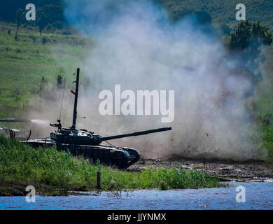 Primorye Territory, Russia. 21st July, 2017. A T-72B tank seen during assault crossing exercises of the Russian - Stock Photo