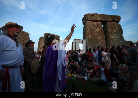Summer solstice celebrations at Stonehenge - Pagans, Druids, and revelers celebrating the longest day of the year - Stock Photo