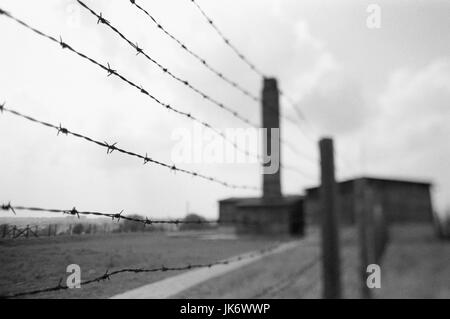 Polen, Kleinpolen, Lublin, Majdanek,  Konzentrationslager, Krematorium Zaun, Unschärfe, s/w Europa,  Rzeczpospolita - Stock Photo
