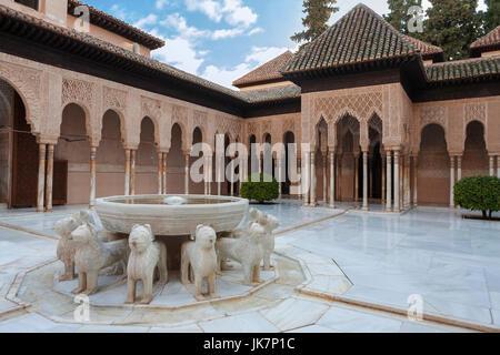 Patio de los Leones (Court of the Lions), Palacios Nazaríes, La Alhambra, Granada, Spain: the eponymous fountain - Stock Photo