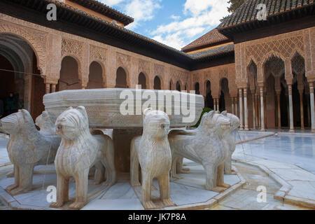 Patio de los Leones (Court of the Lions), Palacios Nazaríes, La Alhambra, Granada: the eponymous fountain in the - Stock Photo