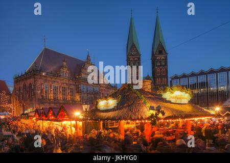 Altes Rathaus mit Dom St. Petri und Weihnachtsmarkt am Marktplatz bei Abenddämmerung, Bremen, Deutschland    I  - Stock Photo