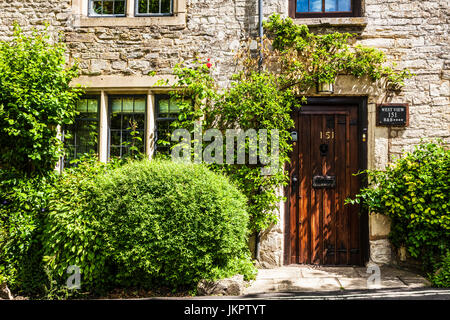 Pretty Cotswold stone cottage in the Cotswold village of Burford in Oxfordshire. - Stock Photo