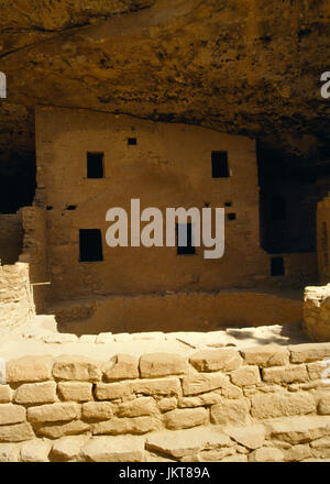 Spruce Tree House Anasazi cliff dwelling, Mesa Verde, Colorado, USA: low front wall, kiva and 2 story appartment - Stock Photo
