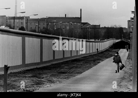 The Berlin Wall as seen from East Berlin at Leipzig Platz and  Ebertstraße. The Wall, (Berliner Mauer) was constructed - Stock Photo