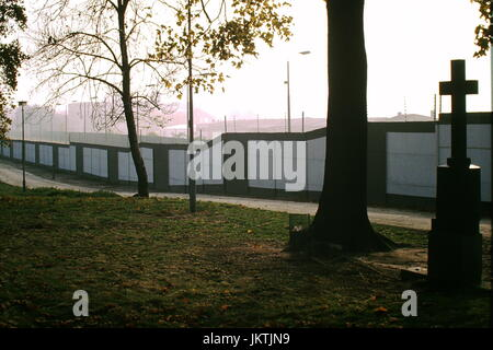 The Berlin Wall as seen from East Berlin at Invalidenfriedhof cemetery 15th November1989. The Wall, (Berliner Mauer) - Stock Photo