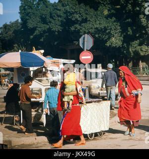 Verkaufsstand mit Brot und Backwaren in Tunesien, 1980er Jahre. Booth of a bread vendor, Tunisia 1980s. - Stock Photo