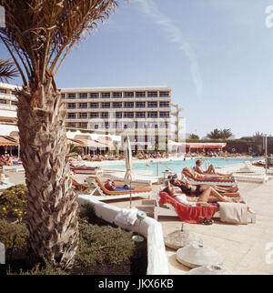 Das Hotel San Antonio in Arrecife auf der Kanarischen Insel Lanzarote, Spanien 1980er Jahre. At theSan Antonio Hotel - Stock Photo