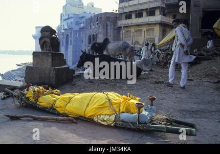 INDIA Varanasi, old names Benares Banaras, Kashi, cremation of dead body at Manikarnika ghat at river Ganga , it - Stock Photo