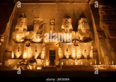 Aegypten, Abu Simbel, Kolossalstatuen vor dem Tempel von Ramses II. während der Sound & Light Show - Stock Photo