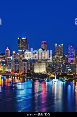 City skyline at night, Pittsburgh, Pennsylvania, USA. - Stock Photo