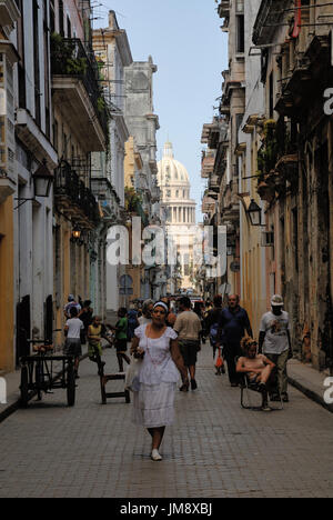 City life in Habana vieja, the old city center of Havana. In the background hints El Capitolio, the seat of the - Stock Photo