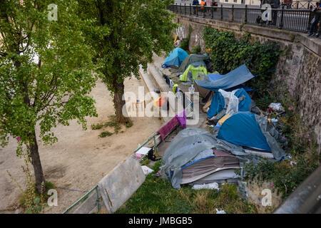 Paris, Zelte von Obdachlosen am Canal St Martin - Paris, Homeless People, Tents near Canal St Martin - Stock Photo