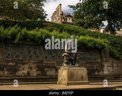Sitting soldier statue wearing a kilt holding rifle, Princes Street Gardens, Edinburgh, Scotland, UK Scottish American - Stock Photo