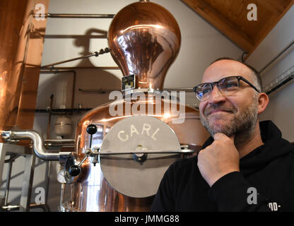 Schlepzig, Germany. 26th July, 2017. Owner Bastian Heuser stands next to a 600 liter distillation apparatus in Schlepzig, - Stock Photo