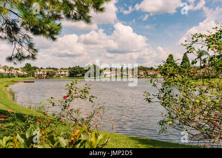 Townhouses surround a small lake in the suburbs just outside of Tampa, Florida, USA. - Stock Photo