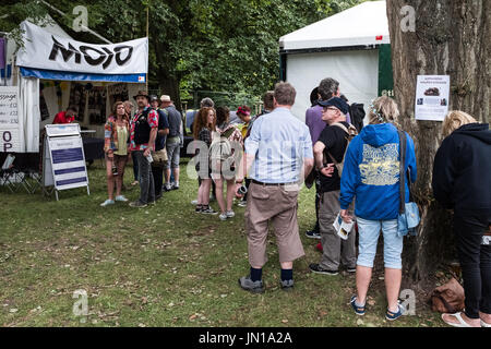 Cambridge, UK. 28th July, 2017  A line forms at the Mojo signing tent. Richard Etteridge / Alamy Live News - Stock Photo