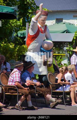 Strauwirtschaft in Kröv, Symbolfigur des bekannten Weines Kröver Nacktarsch, Mosel, Mittelmosel, Rheinland-Pfalz, - Stock Photo