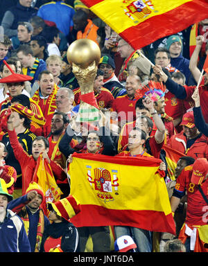 PRETORIA, South Africa - Supporters of Spain cheer for their team during a World Cup Group H match between Spain and Chile at Loftus Versfeld Stadium in Pretoria, South Africa, on June 25, 2010. Spain beat Chile 2-1 but both teams advanced to the round of 16. (Kyodo)