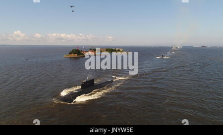 St Petersburg, Russia. 30th July, 2017. The Russian Navy's B-268 Veliky Novgorod diesel-electric submarine (front) - Stock Photo