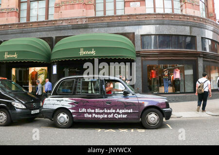 London, UK. 31st July, 2017. A London Taxi with livery calling for the lifting of the economic blockade against - Stock Photo