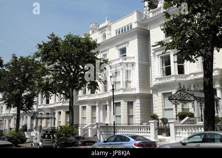 Row of luxury terraced homes in Holland Park, West London W11 UK  KATHY DEWITT - Stock Photo