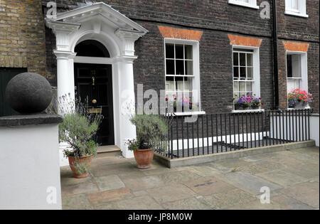 Window box filled with pelargoniums outside a Georgian house on Colebrooke Row in Islington, London N1 England UK - Stock Photo