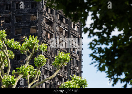 The charred remains of Grenfell Tower, a residential tower block in London. At least 80 people died following a - Stock Photo